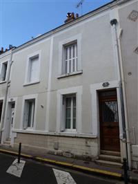 Immobilier de prestige : Maison à louer avec cour | Lucilia B. : votre spécialiste de l'immobilier sur Tours et environs